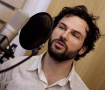 """Marcos Damigo gravando o audiolivro """"Escute Amor"""""""
